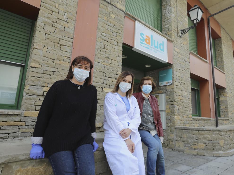 La alcaldesa deBiescas, Nuria Pargada, la coordinadora del Centro de Salud de Biescas, Paula Claver y la farmaceutica Encarna Gazo, en el Centro de Salud / 25-04-2020 / Foto Rafael Gobantes [[[FOTOGRAFOS]]]