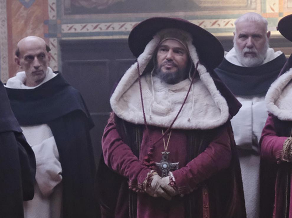 Nicholas Turturro, en el centro, interpreta a Pedro López de Luna y Ximénez de Urrea.