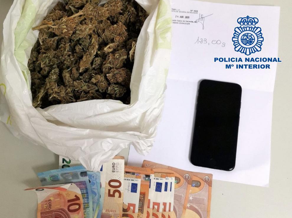 Imagen de la droga y el dinero encontrado en la mochila del joven detenido.