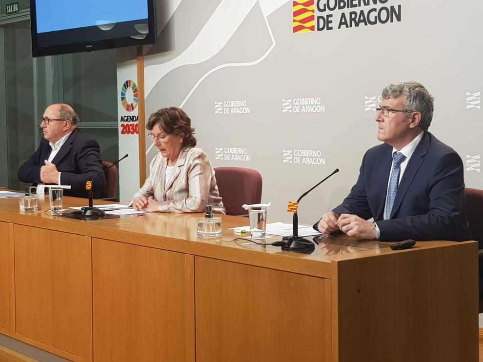 María Victoria Broto, en el centro, durante la rueda de prensa de la DGA de este sábado.