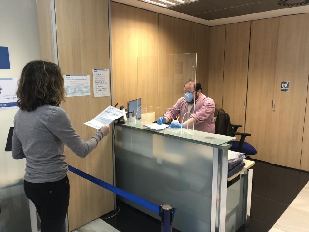 Una autónoma presenta la documentación para solicitar la prestación en la MAZ.