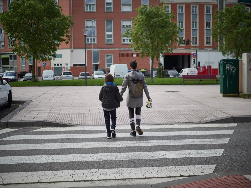 Un niño con su madre durante esta cuarentena en Pamplona.