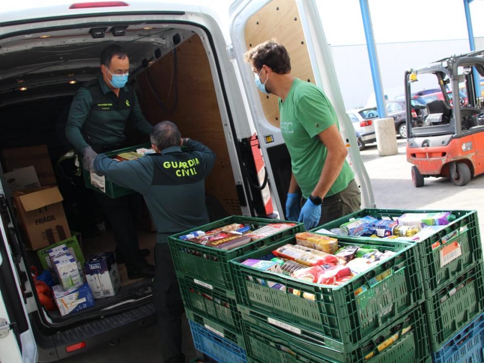 Agentes de la Guardia Civil entregan los productos recogidos para el Banco de Alimentos.