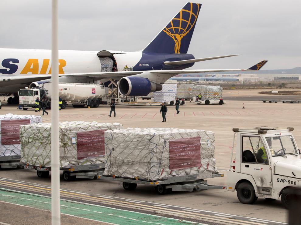 Llegada a Zaragoza de material sanitario donado por Inditex.