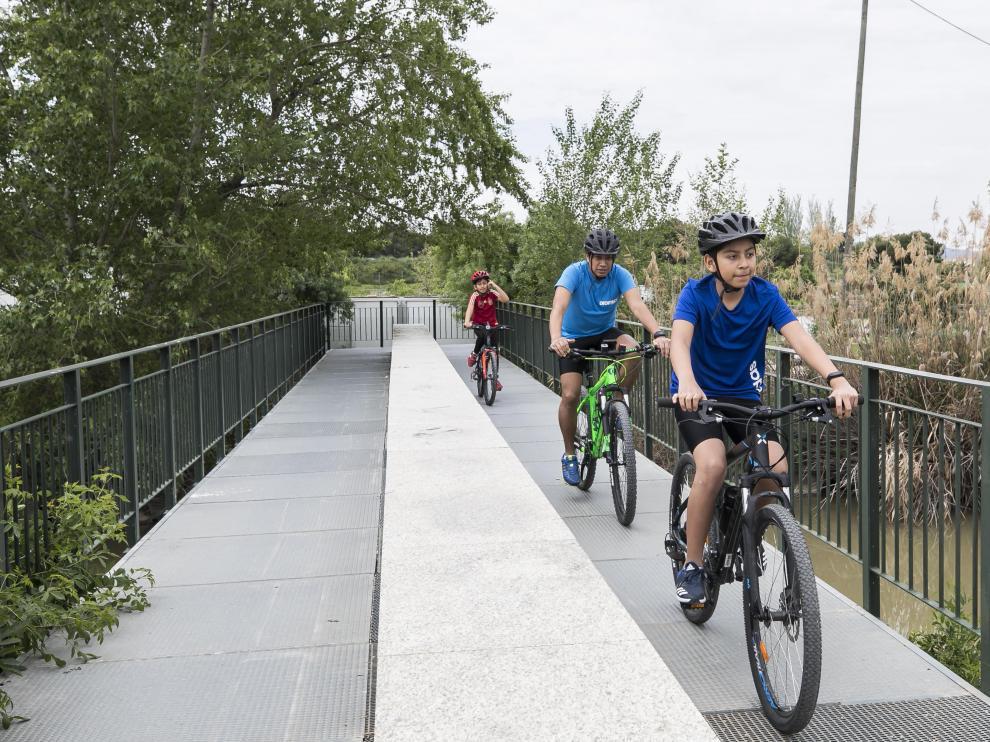 Varios personas, en bici este domingo junto al Canal Imperial.