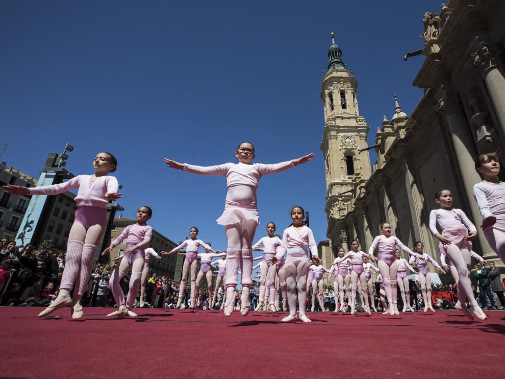 Alumnas de Arantxa Argüelles el año pasado en la plaza del Pilar durante la celebración del Día de la Danza.