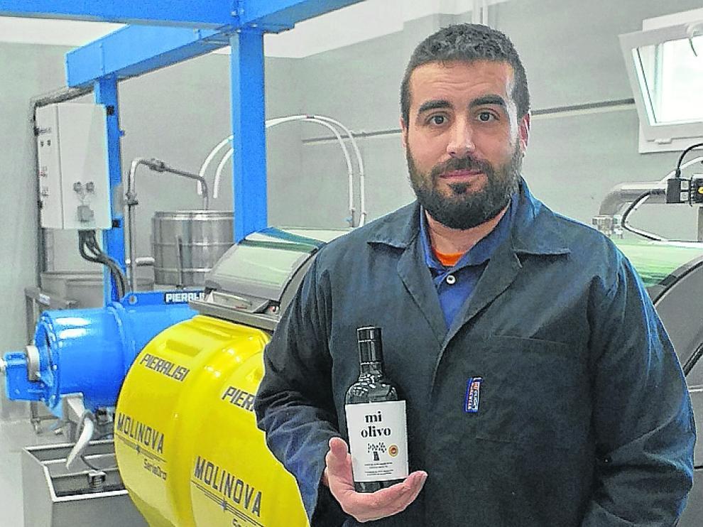 Carlos Blanco, en la almazara con el aceite ganador.