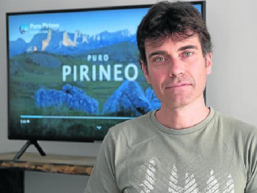 El oscense Mario Carpi y al fondo, una imagen de su 'time lapse' del Pirineo que se ha hecho viral.