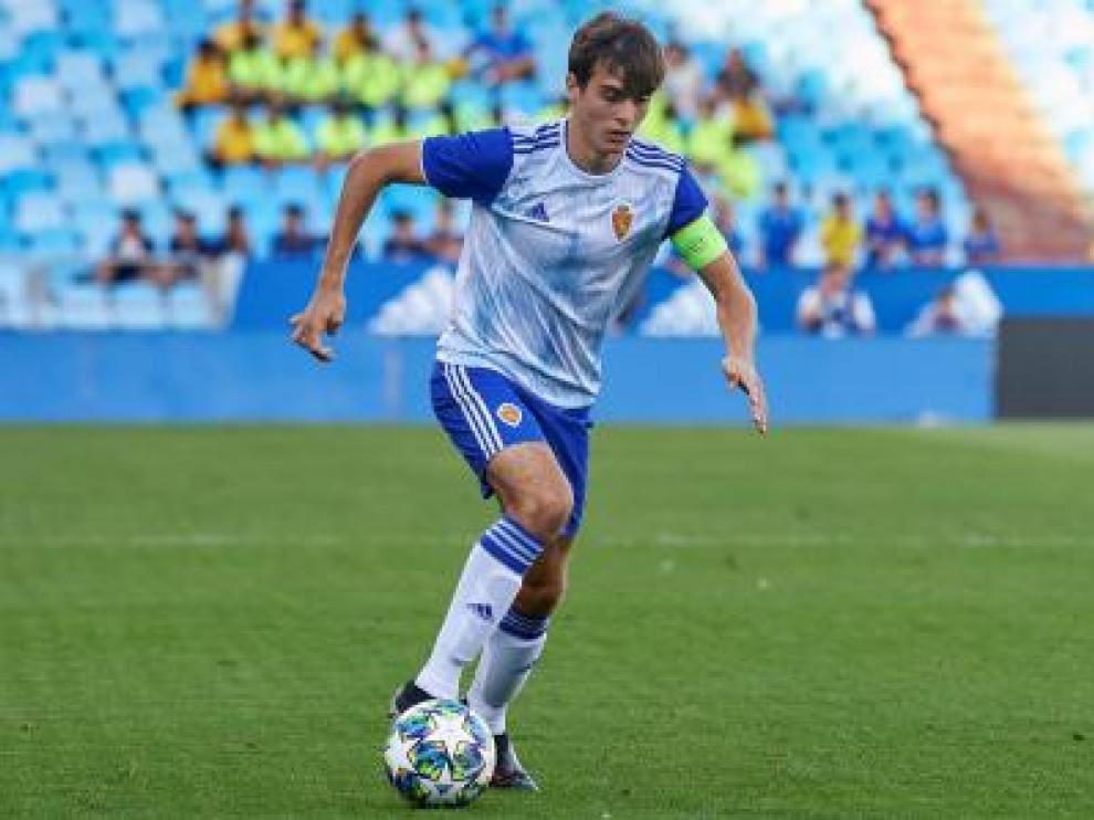 Francho, con el brazalete de capitán del Real Zaragoza juvenil, en La Romareda durante el último partido de la Youth League ante el Olympique Lyon francés.