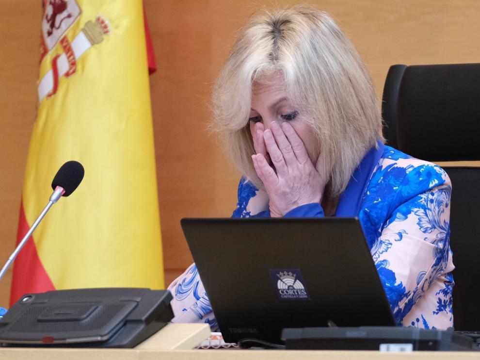 La consejera de Sanidad de la Junta de Castilla y León, Verónica Casado, no puede contener las lágrimas al recordar a los sanitarios de la Comunidad fallecidos
