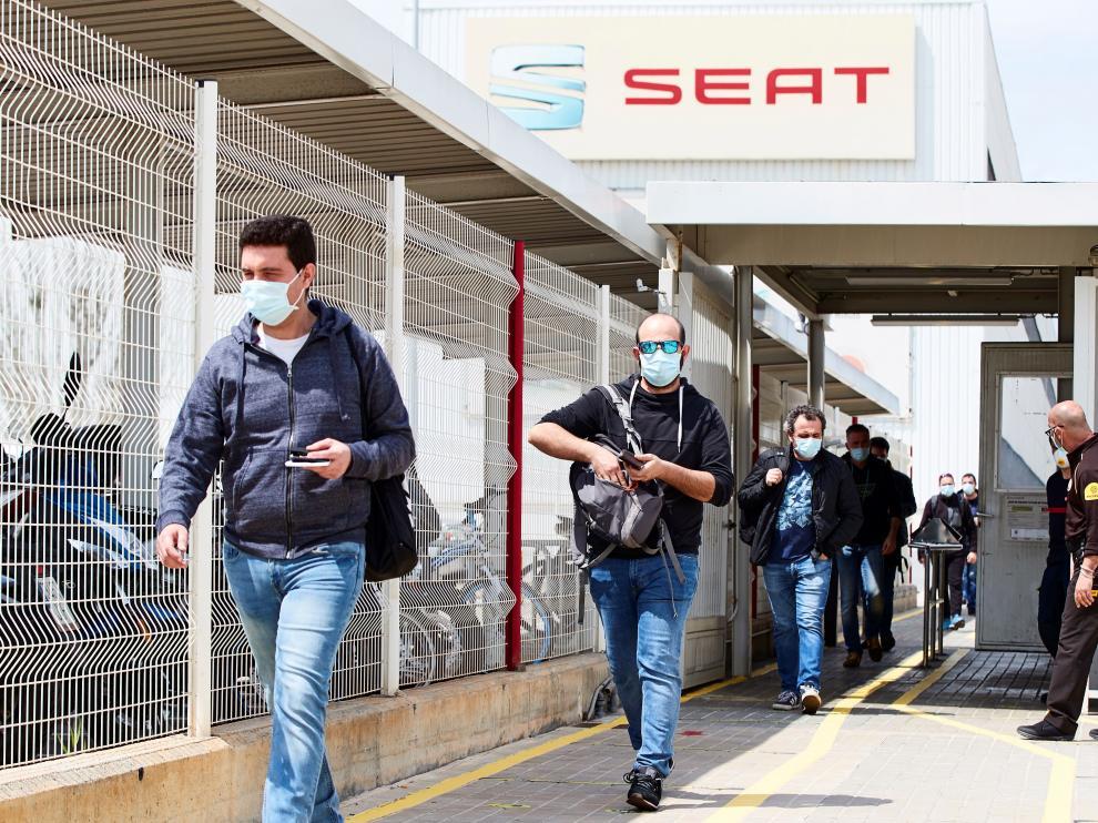 Varios trabajadores salen tras acabar su turno de la empresa automovilística Seat que ha retomado este lunes su actividad