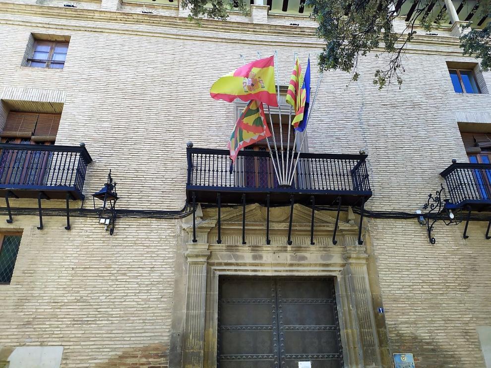 Banderas a media asta y un crespón negro en la enseña de Huesca como señal de luto.