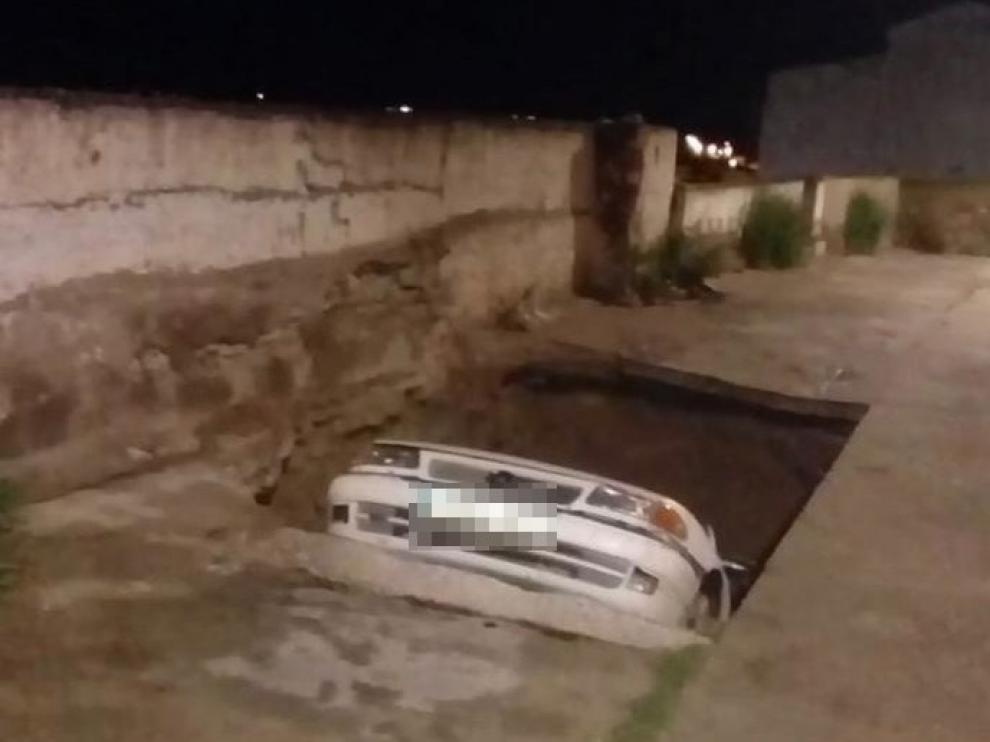 El hundimiento de un tramo de calle en los cabezos de Épila 'engulle' un coche