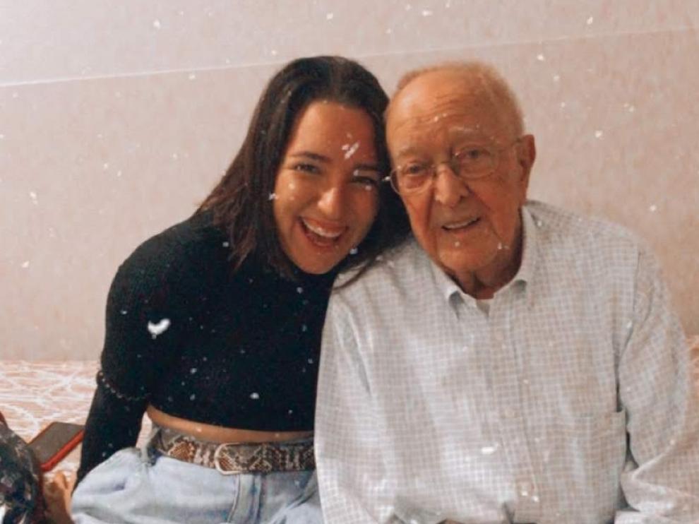 La zaragozana Patricia Bueso Lucea en una fotografía con su abuelo, que ha muerto recientemente por coronavirus.