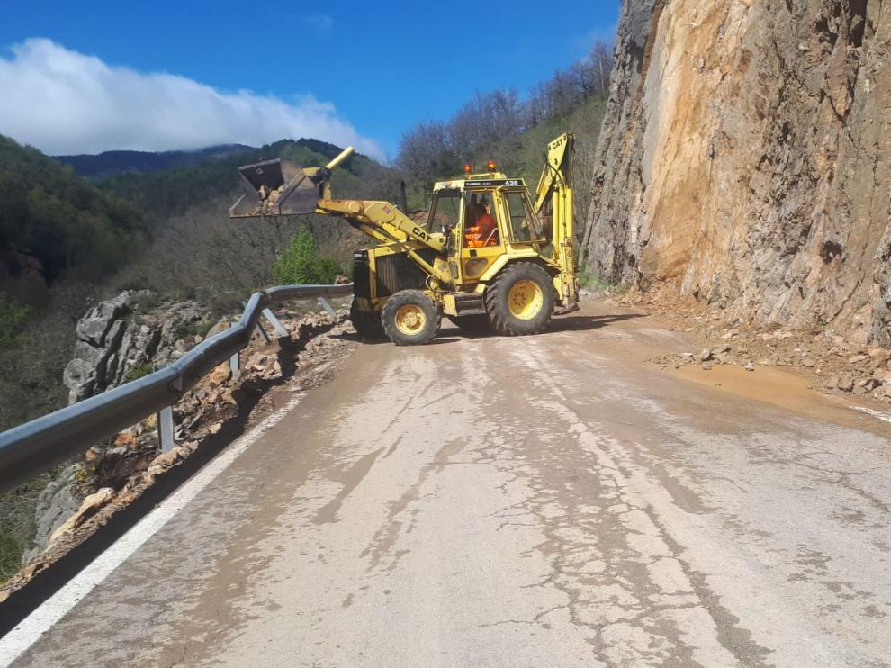 Las máquinas han trabajado intensamente para limpiar la vía al completo.