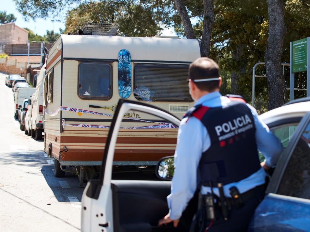 Los Mossos, junto a la caravana donde vivía el presunto asesino.