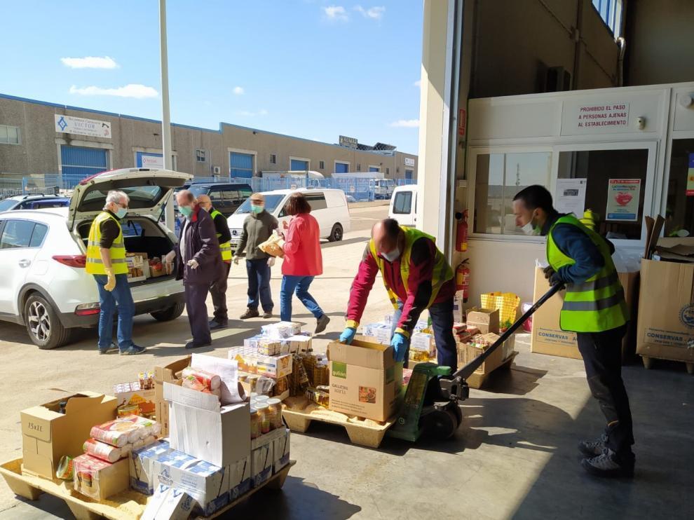 Voluntarios cargado lotes del Banc de Alimentos de Huesca para sus distribución.