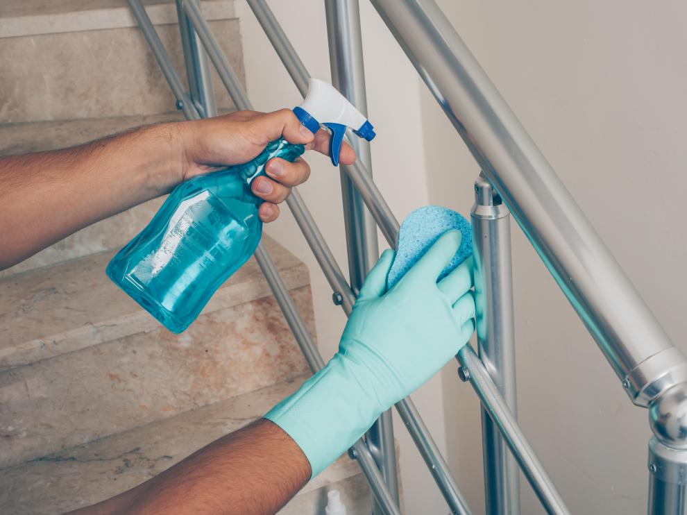 Limpiar y desinfectar las superficies resulta clave para evitar el contagio del coronavirus.