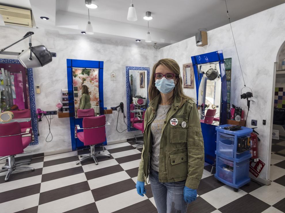 Raquel Alastuey, ayer en su peluquería de la avenida de Anselmo Clavé