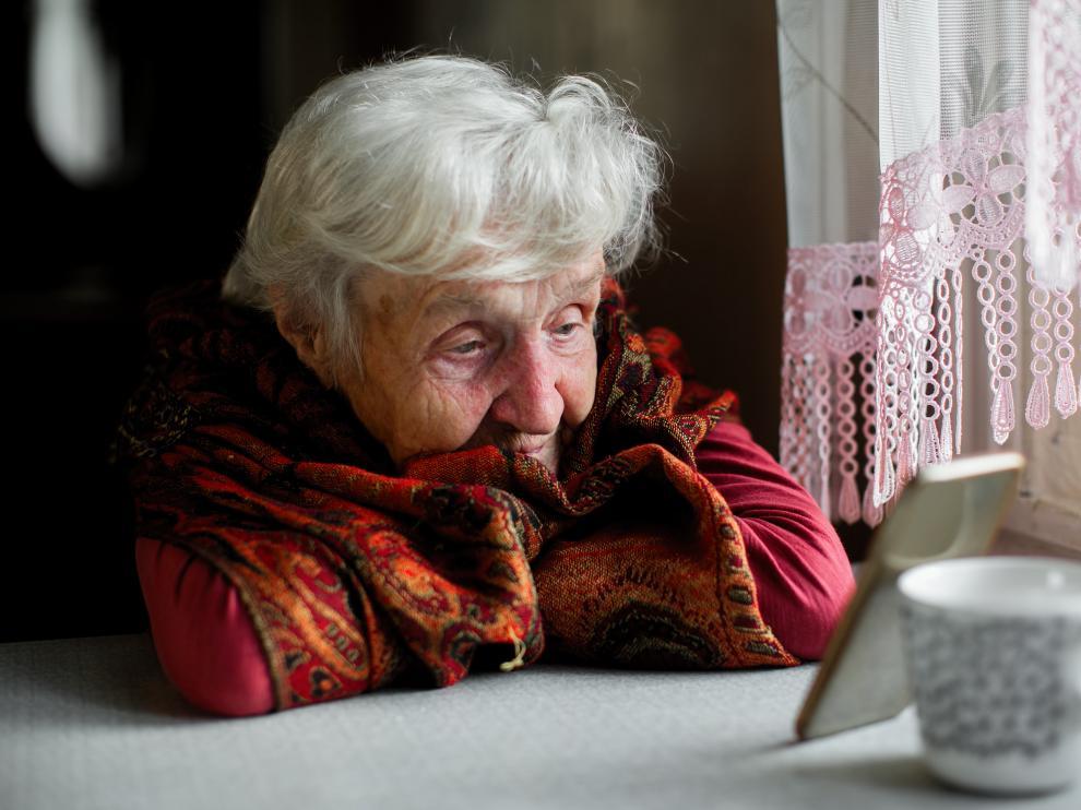 Una mujer habla con Serena en su hogar