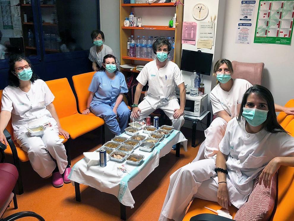 Varios sanitarios durante la cena Michelin en el hospital San Jorge de Huesca.