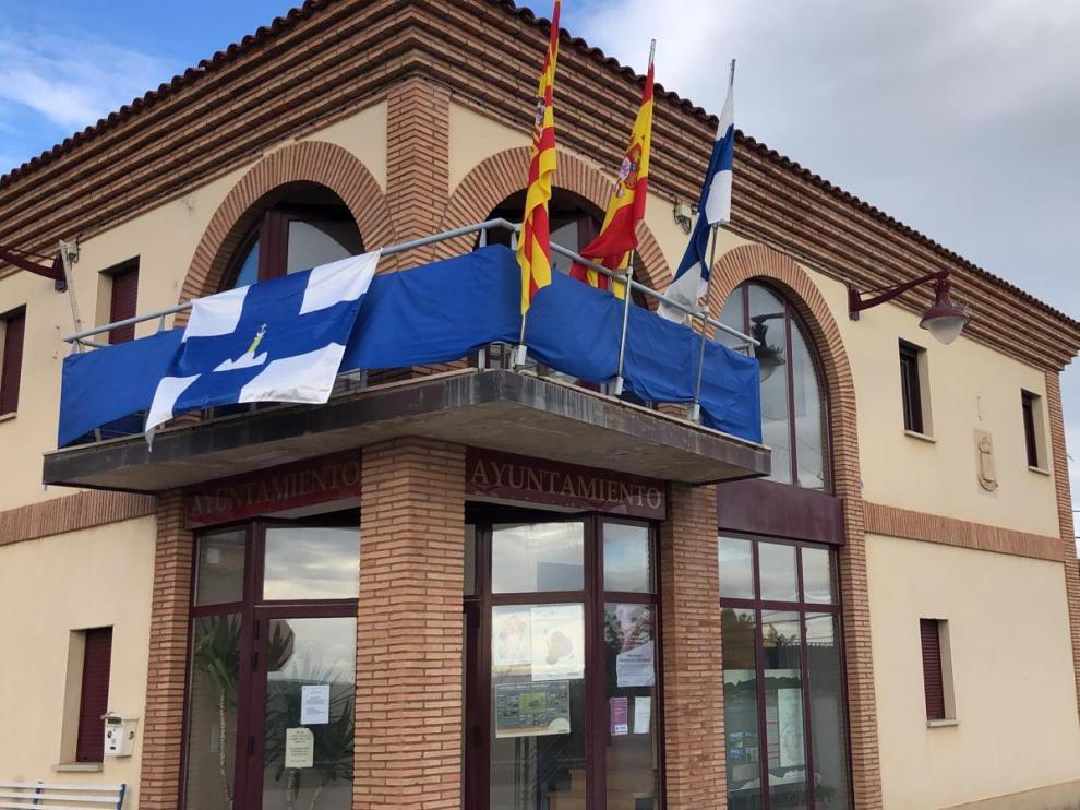 El Ayuntamiento de Santa Cruz luce sus banderas para las fiestas.