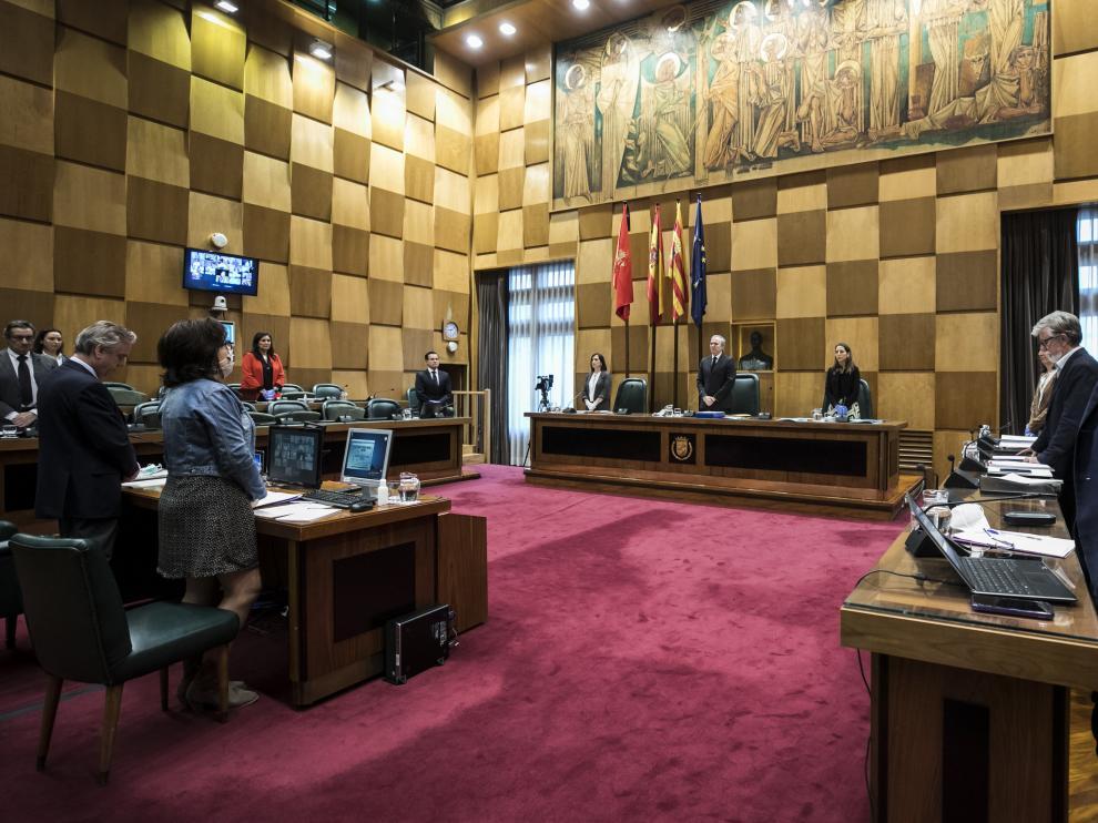 Los concejales guardaron un minuto de silencio por las víctimas de la covid-19 al inicio del pleno municipal de este jueves.