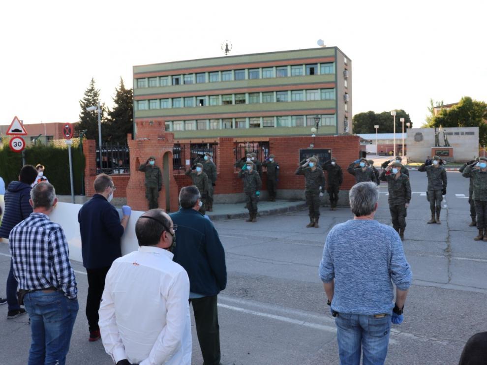 Homenaje de los taxistas a los militares del Regimiento de Pontoneros, en el cuartel Sangenis de Monzalbarba.
