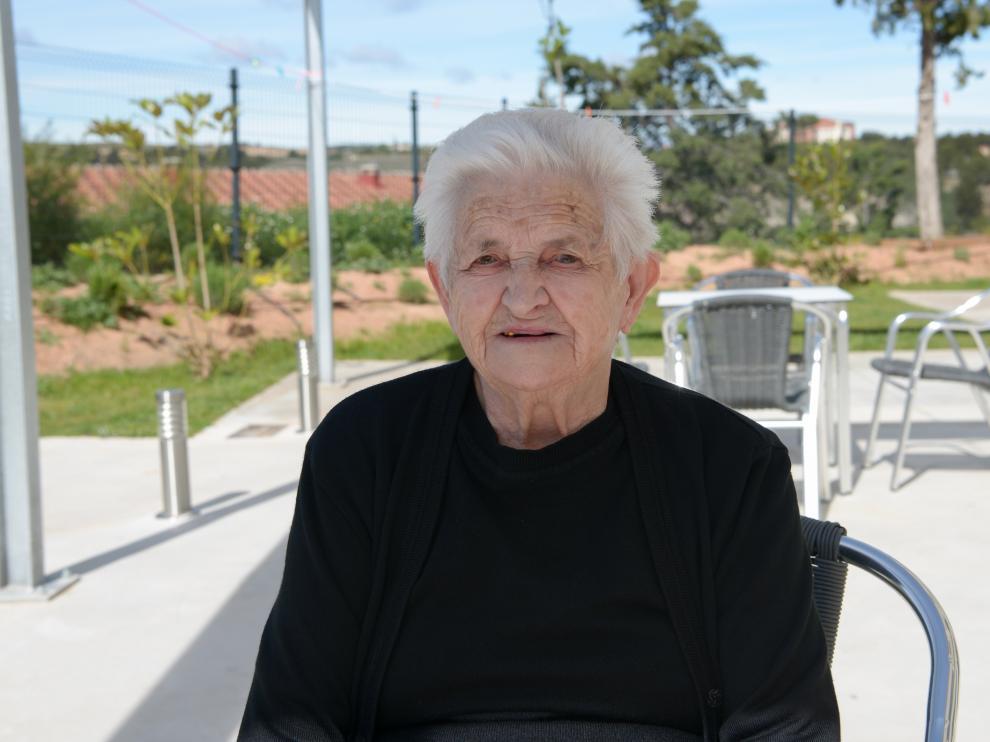 Avelina Asensio, de 102 años, en el jardín de la residencia de Los Paúles, donde vive.