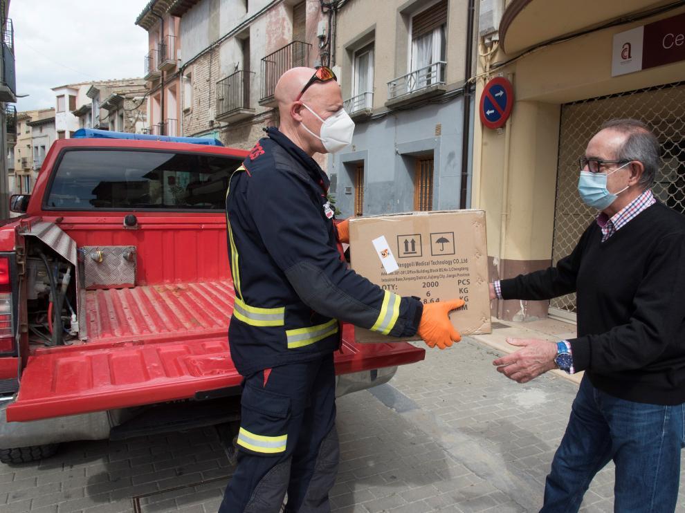Reparto de mascarillas adquiridas por la Diputación en Almudévar.
