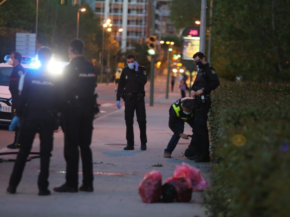 La Policía Nacional recogiendo pruebas en el lugar del suceso.