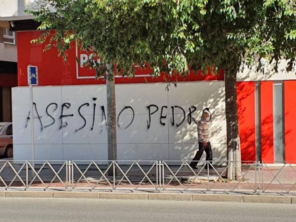 Pintada en la sede del PSOE en Córdoba contra Pedro Sánchez.