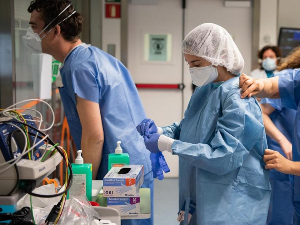 Profesionales sanitarios trabajan en un hospital.