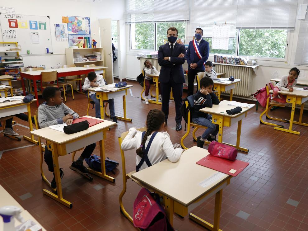 Macron, durante una visita a la escuela elemental Pierre de Ronsard, en Poissy.