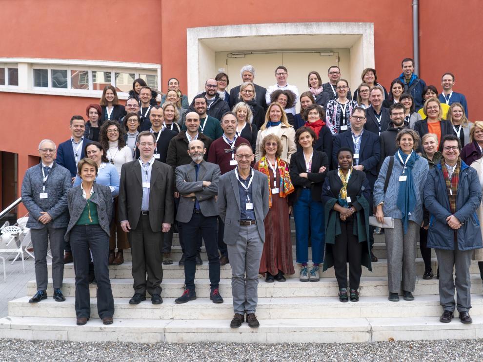 El profesor del Campus de Huesca Raúl Lardiés e investigadores europeos del proyecto Matilde en la reunión celebrada en Italia