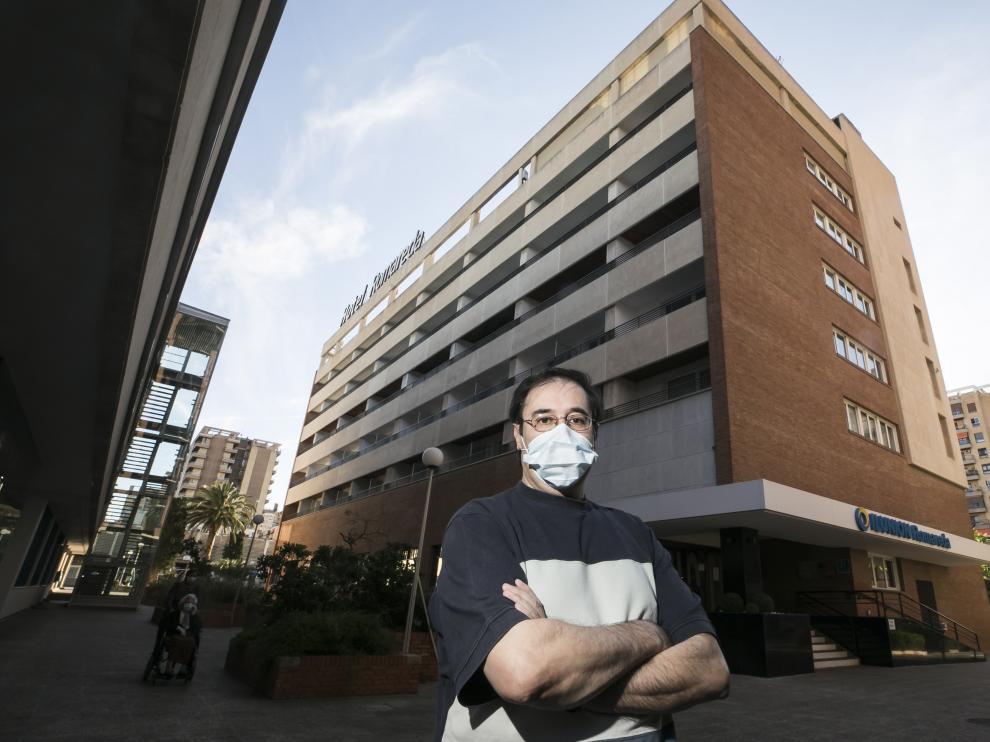 Fernando Gracia este miércoles junto al hotel Ilunion Romareda en Zaragoza.