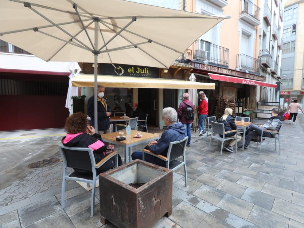 Comercios y bares abiertos en el primer día de la fase 1 de la desescalada en Huesca.