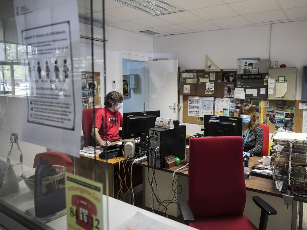 Conserjería del edificio de Interfacultades de la Universidad de Zaragoza, donde algunos trabajadores han vuelto este lunes a su puesto.