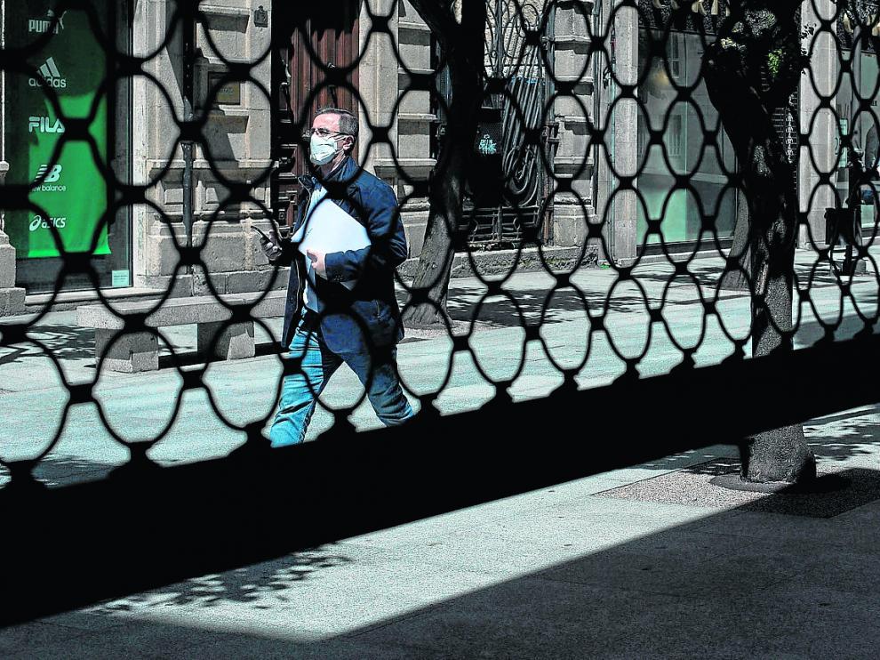 Las persianas bajadas siguen siendo parte del paisaje urbano de la pandemia