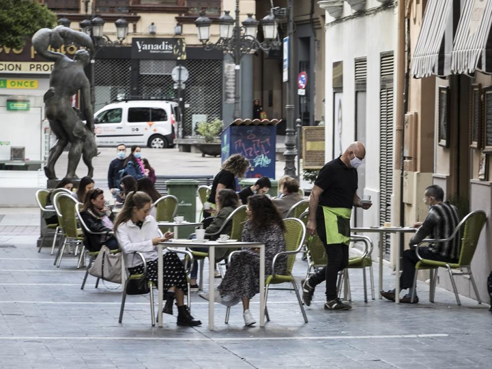 Una terraza en Zaragoza el primer día de la fase 1 de la desescalada