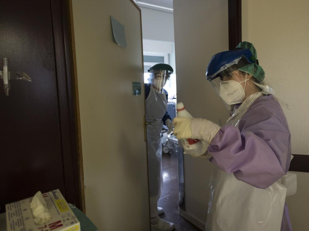 Dos sanitarias del Hospital Miguel Servet, en una zona habilitada para enfermos con Covid-19.