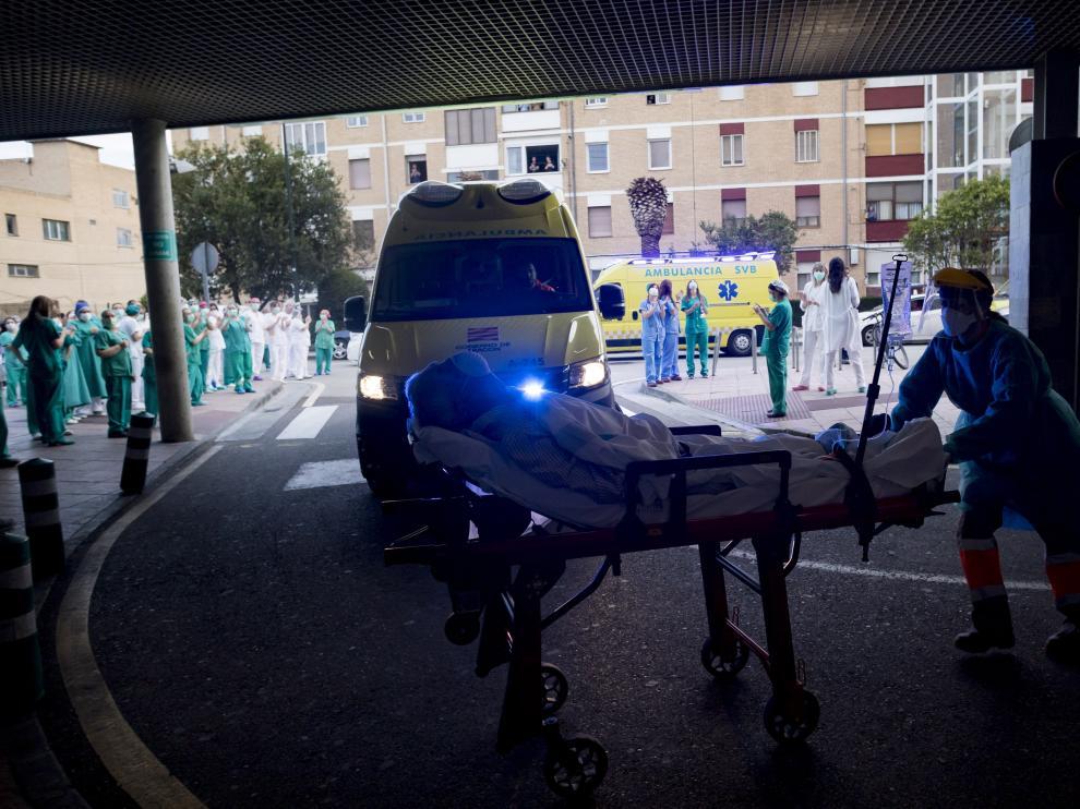Una camilla entra a Urgencias del hospital Miguel Servet durante un momento de homenaje a los sanitarios del centro.