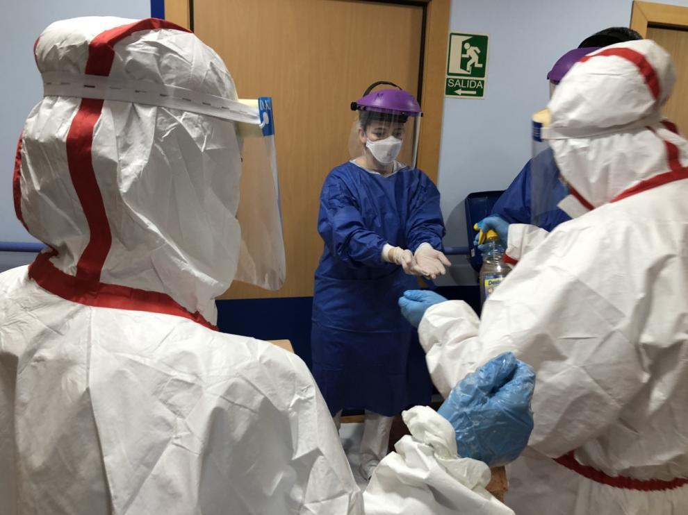 Una doctora se desinfecta después de atender a pacientes infectados de coronavirus