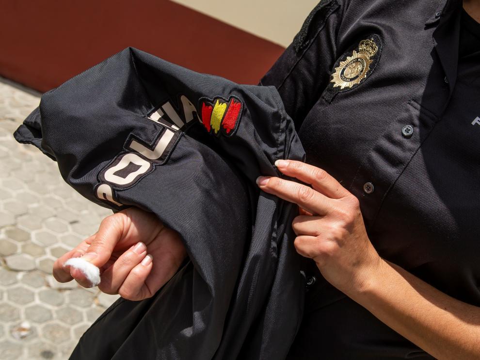 Una Policía Nacional de Sevilla, tras hacerse la prueba de coronavirus.