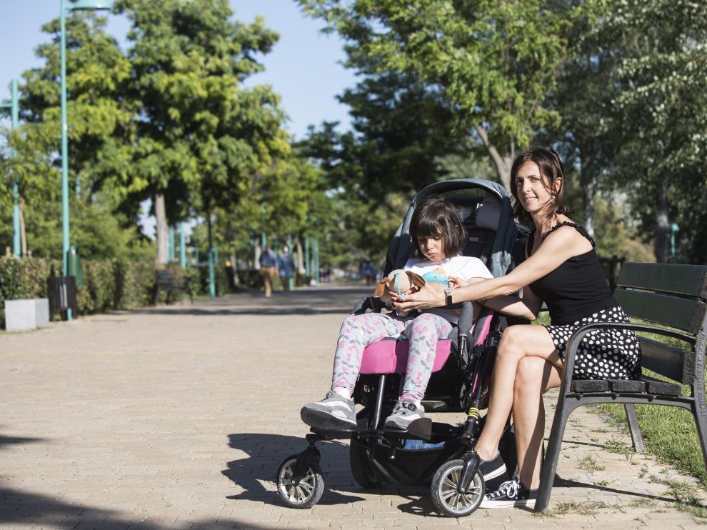 Beatriz Barrios y su hija Ainhoa, este lunes, en uno de sus paseos por la ribera del Ebro.