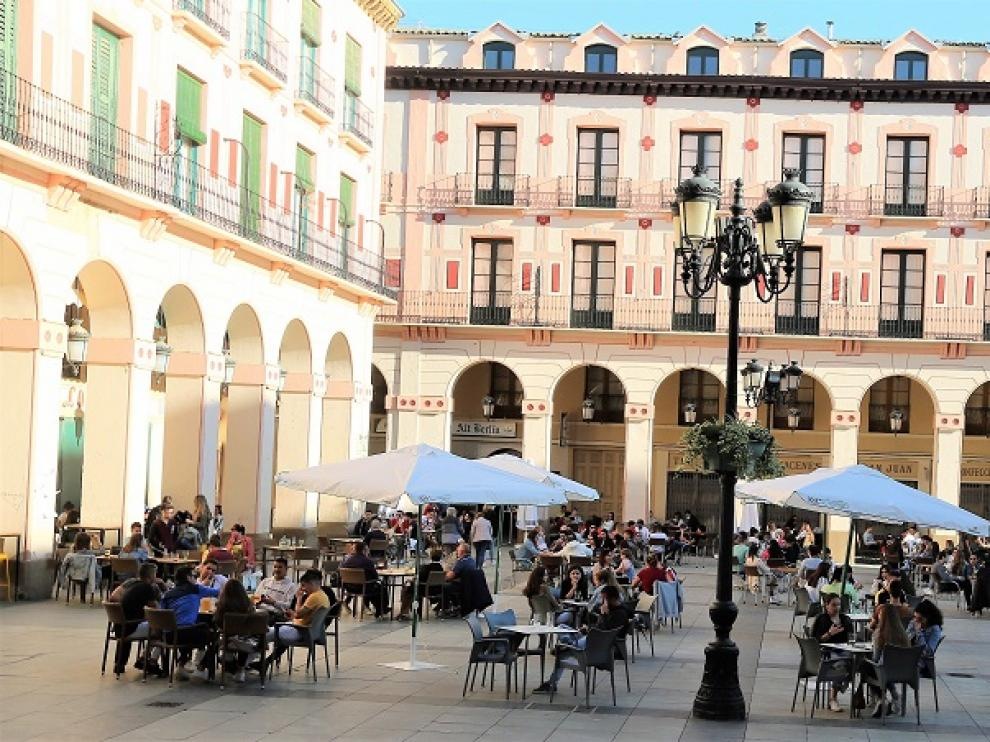 Terrazas en la plaza López Allué de Huesca en plena desescalada