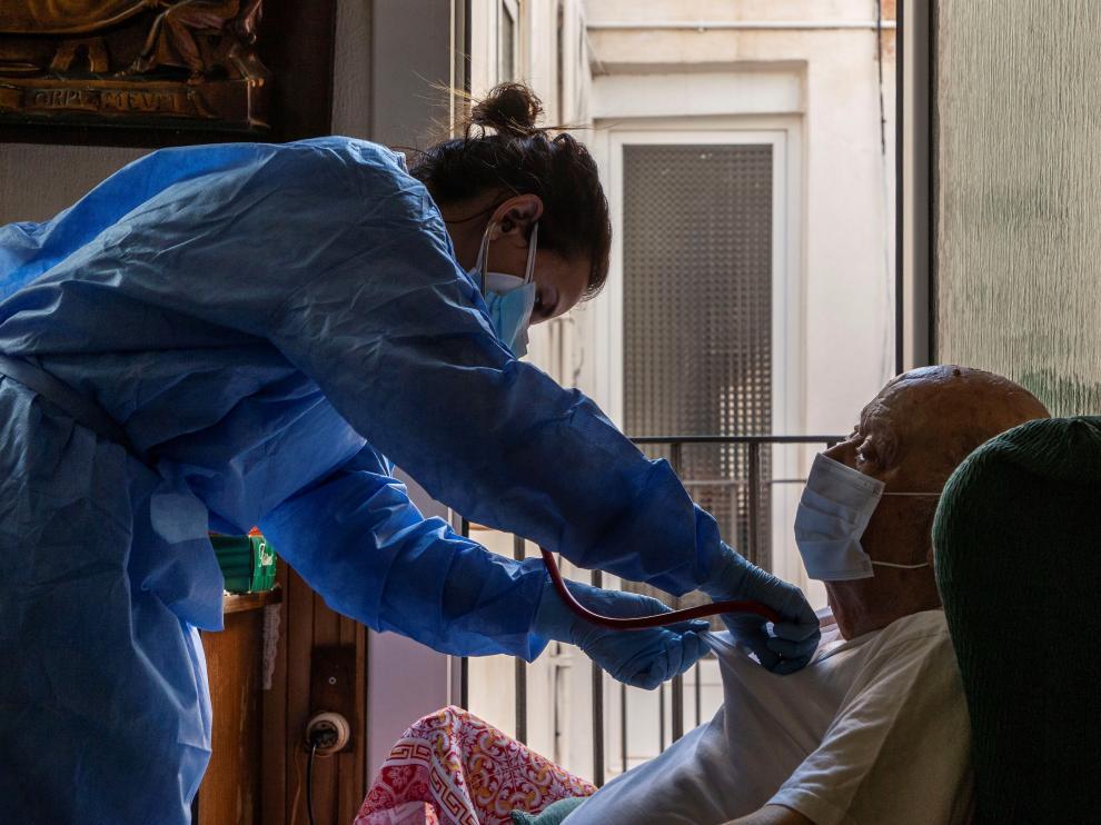 Atención domiciliaria por parte de enfermería y médicos del CAP del Raval este sábado en Barcelona.