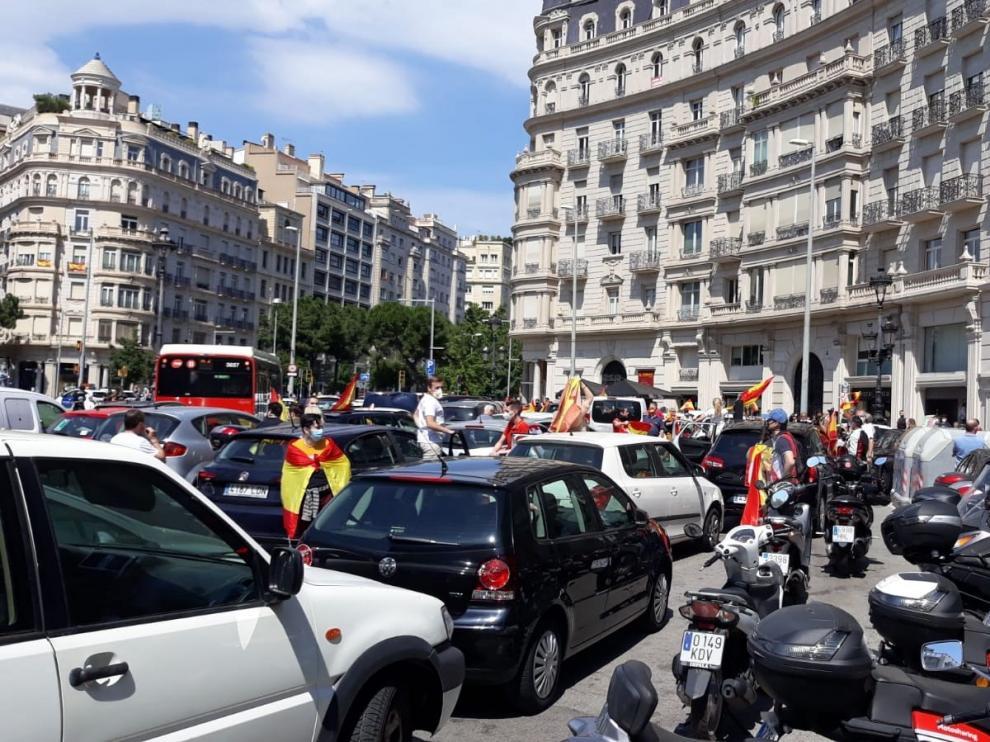 Caravana de Vox con coches en Barcelona