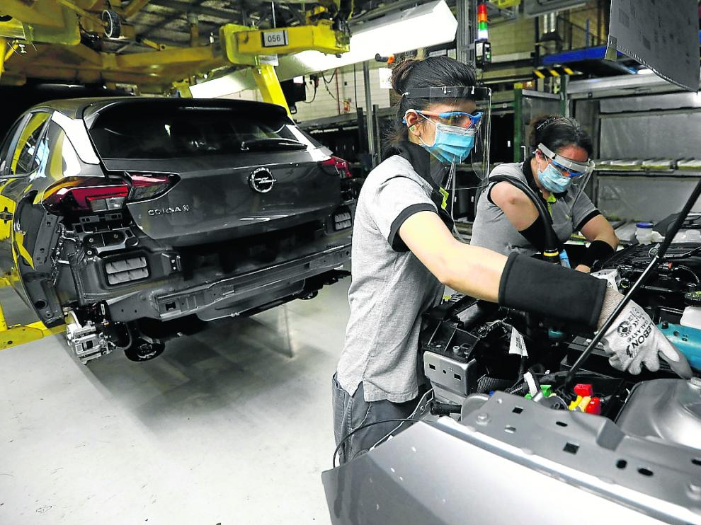 Imagen de los primeros Corsas fabricados el 13 de mayo tras la reanudación de la actividad industrial.