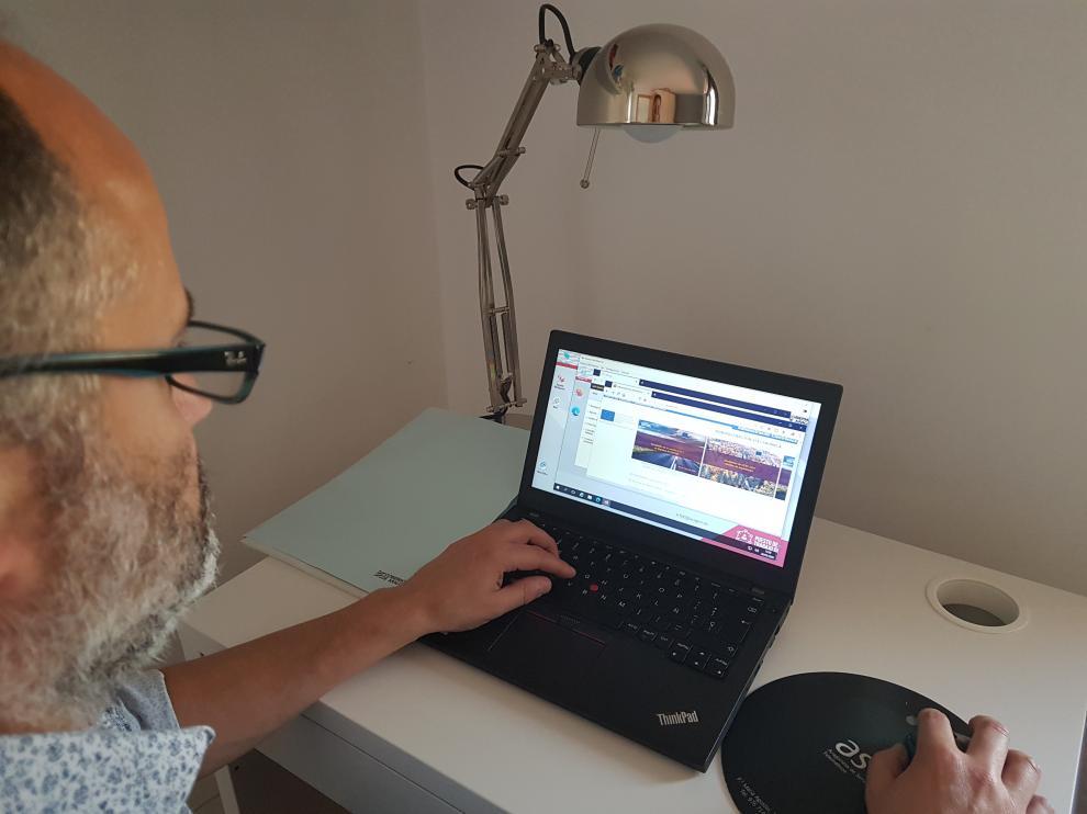 Un escritorio como el de la DGA. El director de Tecnología y Sistemas de Aragonesa de Servicios Telemáticos, Óscar Torrero, trabaja en su casa con un portátil.